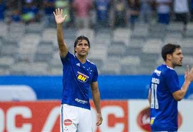 Marcelo Martins, con el brazo levantado, saluda a la hinchad de la Raposa. Foto. Club Cruzeiro