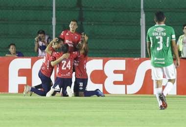 Jaime Arrascaita (30) y sus compañeros celebran el gol marcado a Oriente en el Tahuichi. Foto. Ricardo Montero