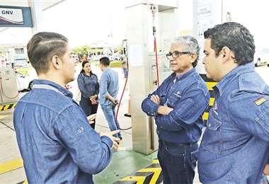 En el surtidor El Pari, el vicepresidente de YPFB, (c.) constató la venta cumpliendo normas de seguridad. Foto: Hernán Virgo