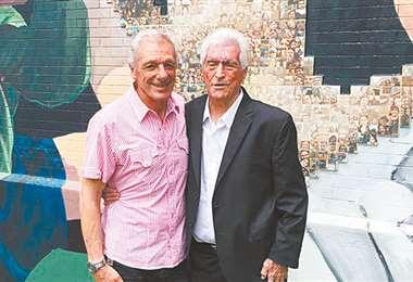 Ricardo Troncone, junto a Amadeo Carrizo, frente a un mural realizado en honor a Carrizo en Buenos Aires. Foto. Internet