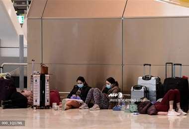 Viajeros varados en terminales aéreas en España/Foto: AFP