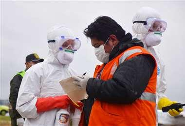 El personal médico debe ocupar equipos de protección para evitar el contagio del coronavirus, como el que se utilizó en el simulacro en Viru Viru. Se reclama por la falta de conciencia de algunas personas