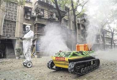 Un hombre controla un carro fumigador en Wuhan, la ciudad que fue el epicentro del nuevo coronavirus. Foto: AFP