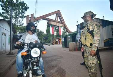 En Cobija, los militares controlaron el paso fronterizo para impedir el paso de extranjeros que no sean residentes en nuestro país. Foto: APG Noticias