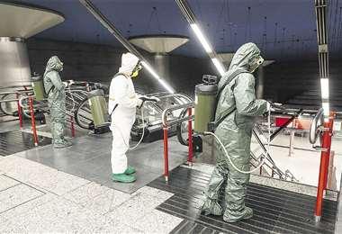 Personal sanitario realiza el fumigado de un local que será habilitado para albergar a los enfermos con el nuevo coronavirus, que se disparó en los últimos días en toda Europa. Foto: AFP