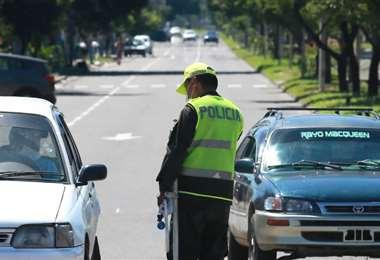 La Policía controla que se cumpla la cuarentena por el coronavirus en la ciudad de Santa Cruz | Foto: Fernando Soria
