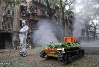 Con el uso de robot se hace la desinfección en Wuhan, China/AFP