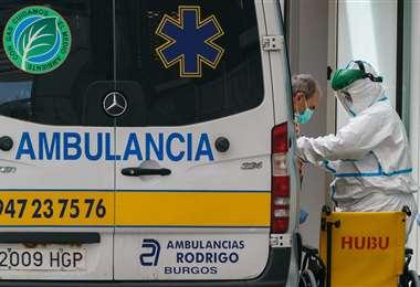 Foto referencial. Las autoridades sanitarias extreman esfuerzos para asistir a los pacientes con coronavirus./AFP