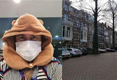 El cineasta, que radica en Nueva York, no pudo salir de los Países Bajos. Fue alojado en un departamento en el Barrio de los Museos