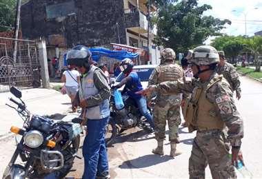 Control de militares para que se cumpla la cuarentena en Puerto Suárez. Este grupo salió a la calle alrededor de las 10:00