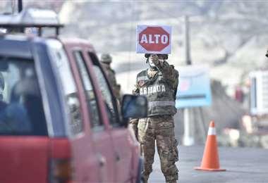 La Policía y las FFAA realizan operativos de control para evitar que la gente circule. (Foto: APG)