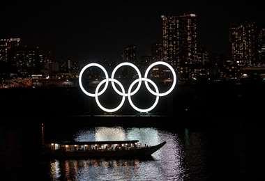 Los anillos olímpicos se ven en el distrito de Odaiba de Tokio. Foto: AFP