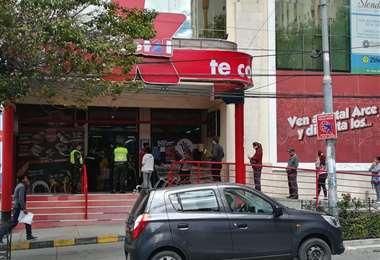 En la mañana la población paceña acudió a los supermercados. Foto: Miguel Ángel Melendres