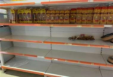 Así lucen algunos de los estantes en supermercados de la capital cruceña