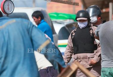 Gendarmes municipales hacen cumplir la norma. Foto. Jorge Uechi
