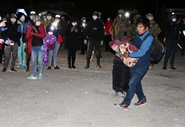 Los compatriotas procedentes de Chile subieron a los buses con todas sus pertenencias. Foto. Emilio Huáscar
