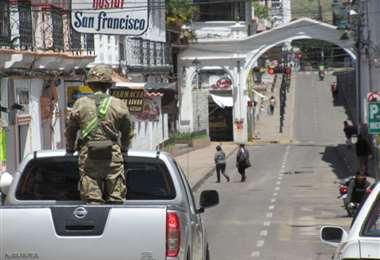 Los viajeros fueron trasladados bajo reguardo policial. Foto: Correo del Sur