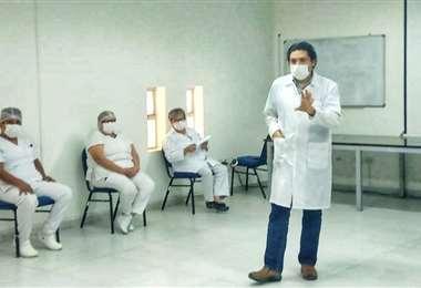 El terapeuta Digmar Aguilera en una sesión de contención sicológica en el hospital de la Villa Primero de Mayo