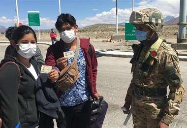 Los bolivianos que retornan al pais deben someterse a controles estrictos de salud