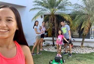 Por estos días, el trabajo de podar también se lo hace en familia. Foto: Joselito Vaca