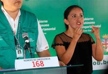 La intérprete de señas explica junto a la autoridad sobre la pandemia