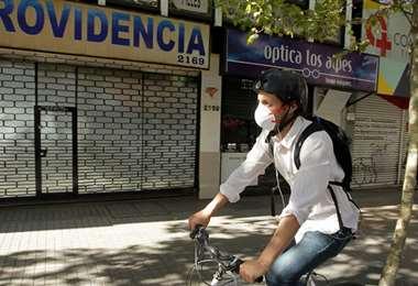 El comercio se encuentra restringido en varias zonas de la capital chilena. Foto Emol