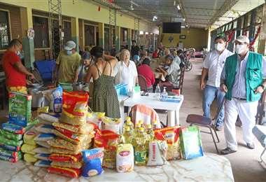 Arroz, fideos, aceite, entre otros insumos fue lo que recibieron los ancianos. Foto: Gobernación cruceña
