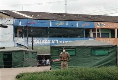 Militares del Ranger custodian los accesos a los mercados Germán Moreno y Barrientos. Foto: Zona Norte