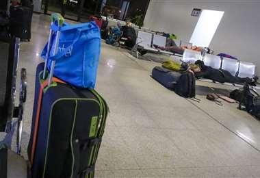 Algunos de los extranjeros llegaron cerca de la medianoche a Viru Viru. Foto: Jorge Ibáñez