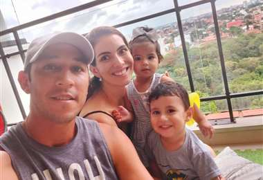 Mauricio Saucedo junto a su esposa Carolina Paz y sus dos retoños. Foto: Mauricio Sauedo