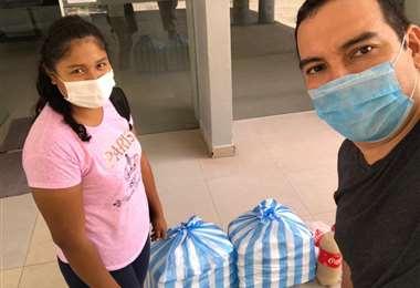 Voluntarios entregando almuerzos en el Oncológico/VAHO