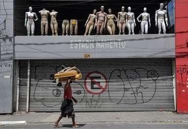 Muchas tiendas de San Pablo, la capital industrial de Brasil, se encuentran cerradas. Foto AFP