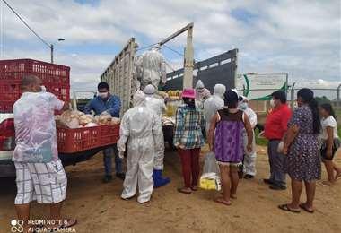 Los vecinos hicieron fila para comprar de los camiones que llegaron a los barrios