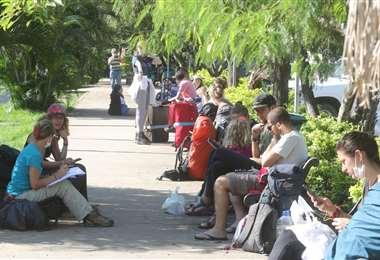 Decenas de ciudadanos estadounidenses esperaban en las afueras del aeropuerto de Viru Viru para subir al avión rumbo a su país/FOTO: Ipa Ibáñez