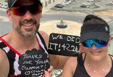 Collin e Hilda Allin celebran haber corrido los 42,2 km. Foto AFP