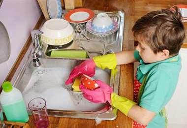Niños colaboran en la labor de hogar
