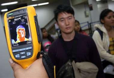 En los aeropuertos del país se realizan controles para identificar a los pacientes con síntomas de coronavirus. Foto: Hernan Virgo