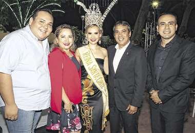 Grupo. Sebastián Galarza, Susy Dorado, Susy Ascarrunz (reina de Santa Cruz), Carlos Arrien y Fabricio Franzhek . Foto: Ángel Farell