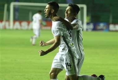El festejo de Carlos Ribera tras marcar su gol ante Royal Pari. El equipo albo ganó merecidamente este lunes ante el cuadro inmobiliario. Foto: Fuad Landívar