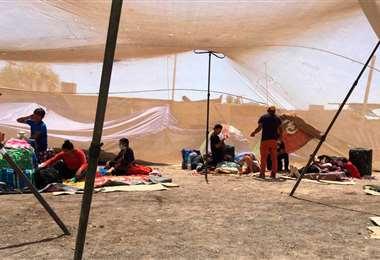 Los bolivianos en la frontera I Foto: APG Noticias.