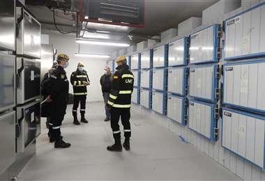 """Miembros de la Unidad Militar de Emergencia dentro del edificio no utilizado en la llamada """"Ciudad de la Justicia"""" en Madrid, que se utilizará como morgue temporal. Foto AFP"""