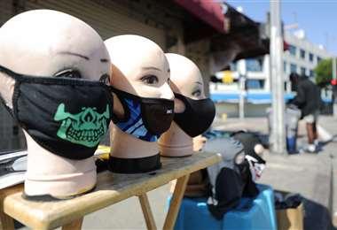 Mascarillas a la venta en una desierta calle de Los Ángeles (EEUU). Foto AFP