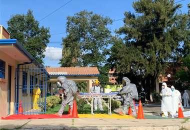 En esta camilla transportaron al religioso en Tarija. Foto David Maygua