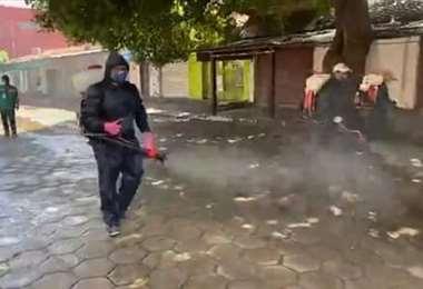 Funcionarios de la Alcaldía procede a la desinfección de las calles de esa ciudad. Harán lo mismo en el centro de salud