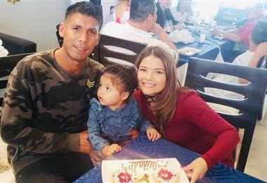Mario Cuéllar junto a su esposa e hija