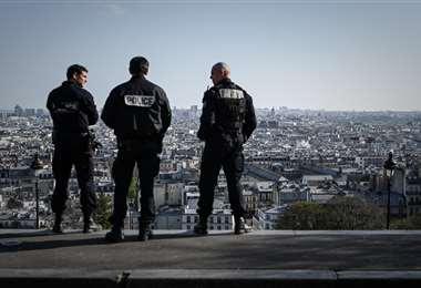 Policías franceses patrullan en el distrito turístico de Montmartre en París, en cuarentena por el coronavirus. Foto AFP