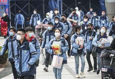 Estudiantes regresaron el lunes a clases en la provincia de Jiangsu, región oriental de China. Foto AFP