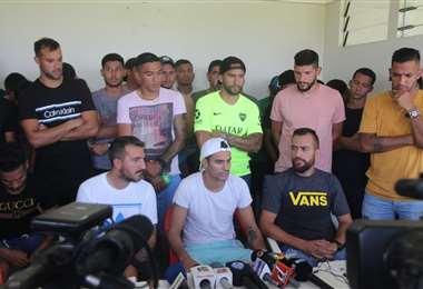 Los jugadores de Real Santa Cruz dieron una conferencia de prensa este miércoles explicando los motivos de la extrema medida. Foto. Álvaro Durán