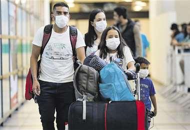 Pasajeros llegando al aeropuerto Arturo Merino de la capital chilena. Foto: AFP