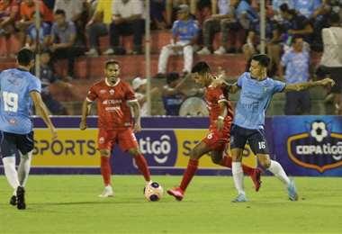 El partido entre el rojo azucarero y la academia cruceña se juega en el Gilberto Parada. Foto. Fuad Landívar